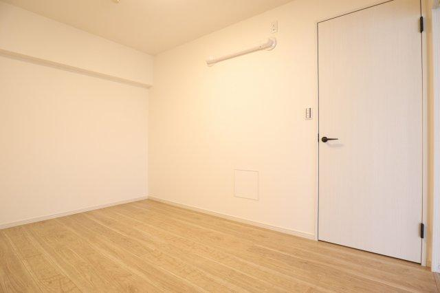 真ん中の6帖の洋室。シンプルな内装なので、テレワーク用のお部屋としても使えそうです