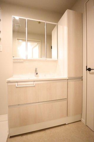 朝の身支度に便利なゆとりある三面鏡付きの洗面台です!鏡裏、洗面台下部、洗面台横など収納スペースがたっぷり設けられています