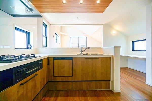 充実の設備がついたお洒落なキッチン。 食洗器付きなのは家事の負担を軽減してくれる嬉しいポイント。 L字型のキッチンは移動も少なく使い勝手が良いです!