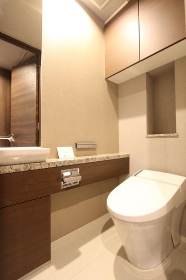 温水洗浄機能付きタンクレストイレ。手洗いカウンターでワンランク上の心地よさ。。。