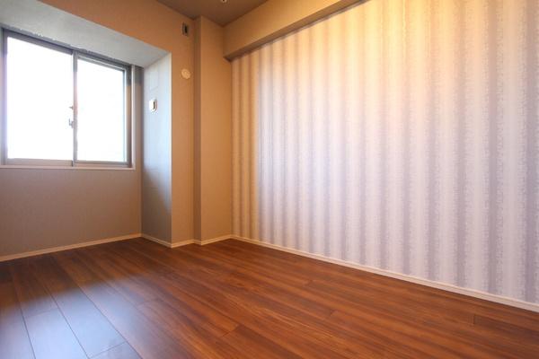 かわいいアクセントクロスを使った南側5.6帖の洋室。