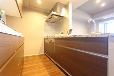カップボードがあり、家電もすっきり配置できそうなキッチンです!