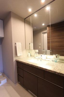 ホテルライクなパウダールーム。洗面台が広めがうれしいですね♪
