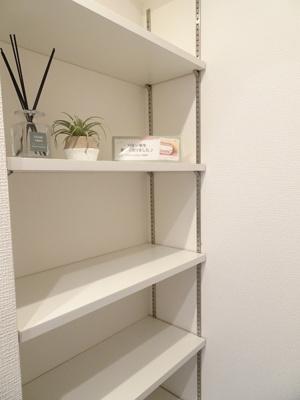 パウダールームには、棚や収納も充実。散らかりがちな場所なので重宝します♪