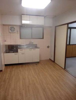 【居間・リビング】遠州ビル 2人入居可 お子様相談可 バストイレ別 南向き
