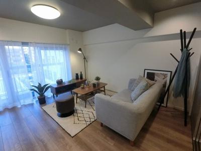 7.6帖のリビングはお洒落な家具付・フルスケルトン物件です。 洋室の引戸を開けて広い空間としても♪