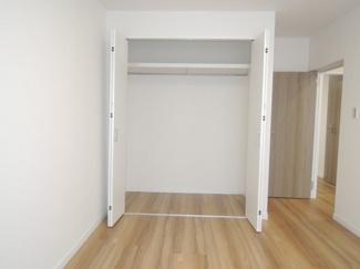 約6帖洋室、広々クローゼット収納スペースあり