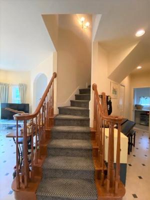 リビング階段がラグジュアリーな空間を演出。帰宅時にご家族が自然とお顔を合わせられる嬉しい設計です。