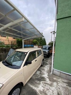 駐車スペース2台分有り(車種による)!大切なお車を雨汚れから守るカーポートが設置されております。