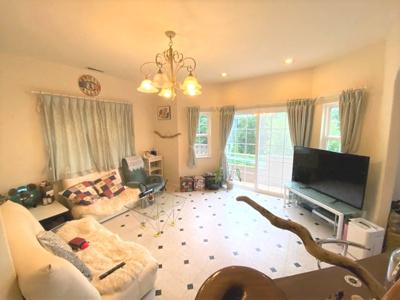 ご家族が集うLDKは約19.0帖!オシャレな床材を使用し、家具選びが楽しくなる空間となっております♪