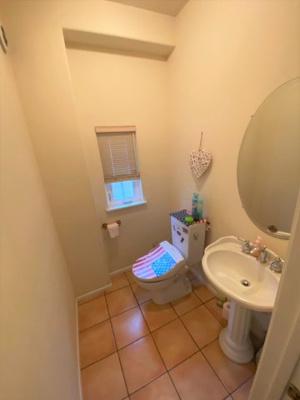 1階のトイレに手洗い場を設置しております。お部屋のような感覚で、ついつい長居してしまいそうですね♪