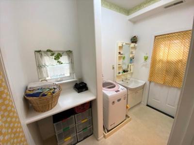 洗濯物を畳んだり、お化粧をする際に重宝するカウンターを設置。勝手口もあり、家事動線良好です!