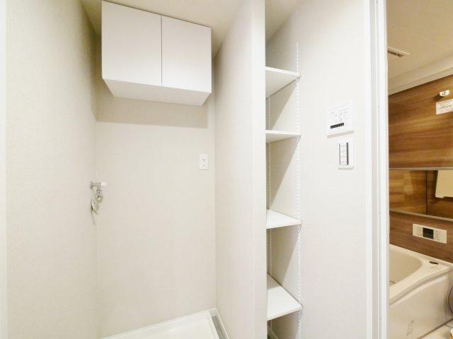 洗面室にはリネンや着替えのストックに便利な可動棚がございます