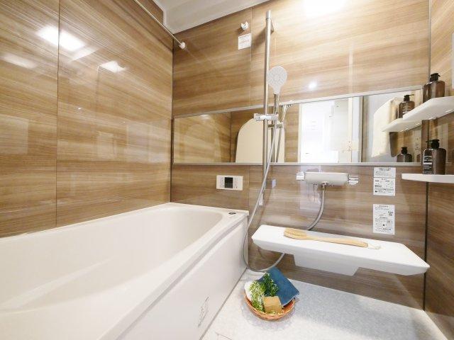 落ち着いた色合いのユニットバス 浴室も新規交換につき快適です 浴室換気乾燥機が標準装備です