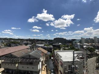 バルコニーから見る眺望は、閑静な住宅地が広がっています