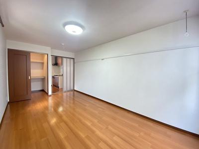 ウォークインクローゼットのある南西向き洋室10.1帖のお部屋です!荷物をたっぷり収納できてお部屋がすっきり片付きます☆※参考写真※