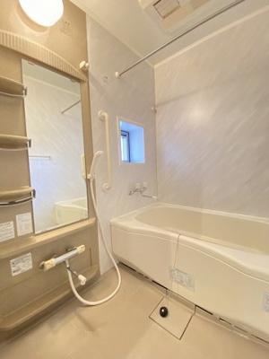 浴室乾燥機付きのバスルームです!小窓があるので湿気がこもりにくくて良いですね☆ゆったりバスタイムでリラックス☆※参考写真※
