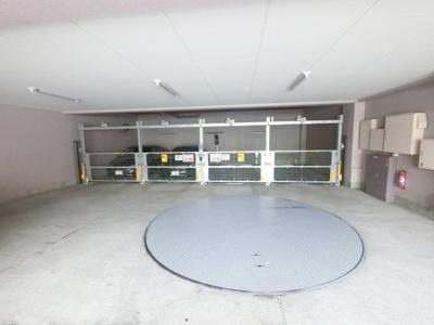 ターンテーブル付の機械式駐車場です。