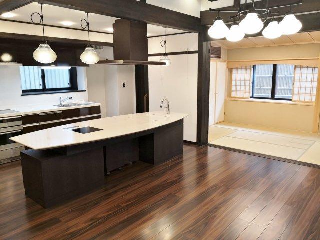 リビングと続き間の和室の仕切りを開放すれば、28.8帖の大空間として利用可能です