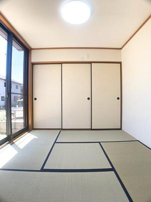 1階の和室は4.5帖掃き出し窓からの自然光で明るい室内♪