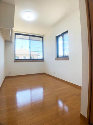 「中央洋室」には2面に窓がありるので、換気・採光もバッチリ♪