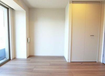 開口部の大きい明るい室内(同建物、同一仕様)