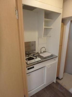ガスコンロと冷蔵庫付きのキッチン♪
