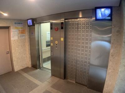 エレベーターは2基あります。内部が見えるモニターもあって、防犯面も考えられています。