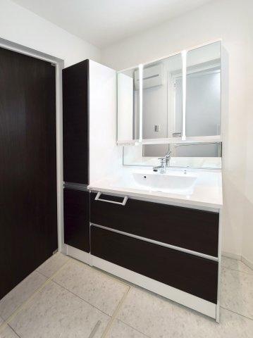 スタイリッシュで使い勝手の良い3面鏡洗面化粧台 キャビネットには収納がしっかりございます