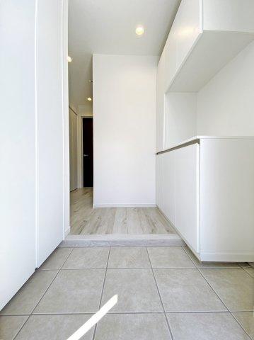 白を基調とした明るく清潔感のある玄関 シューズボックスの他に玄関収納を設けました