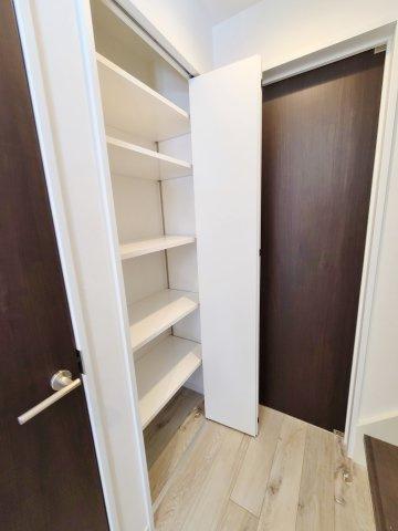 廊下収納棚 玄関回りにはには収納を多く設け玄関回りがスッキリお使いいただけます 玄関横には大型収納を完備 ベビーカー、やスポーツ用品などもサッとしまえて便利です