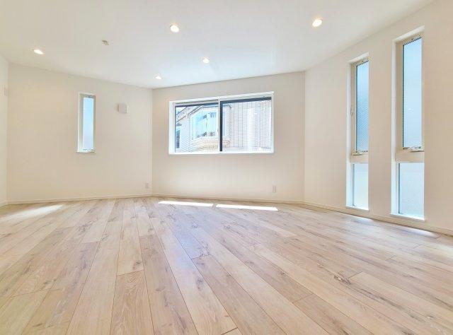 開口を多くとり明るく快適な14.4帖のLDK ご家族皆様の憩いの場に♪♪ 2階ワンフロアタイプで開放感溢れる空間です