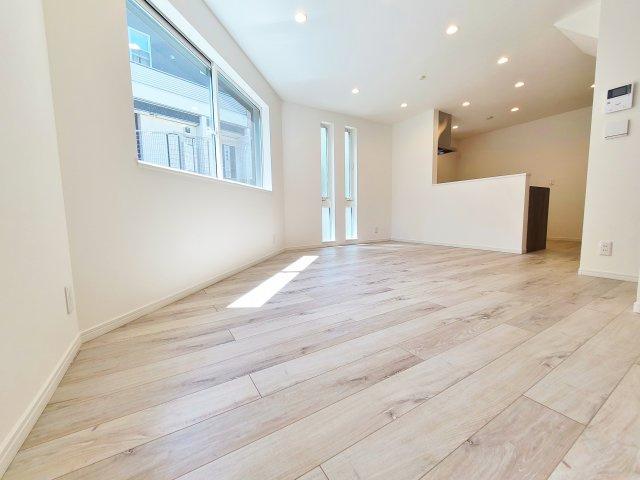 リビングには足元から暖かい床暖房を標準完備しております