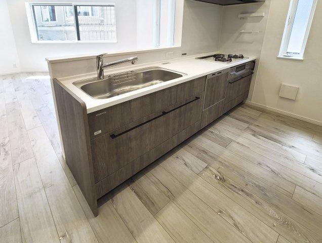 ナチュラルカラーで統一されたスタイリッシュなキッチン デザイン性と機能性を兼備えた使い勝手の良いキッチンです