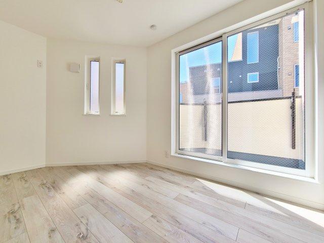 3階5.7帖洋室 南側バルコニーに面し明るく開放感溢れる一室 全居室2面採光でどのお部屋も明るく快適です♪♪