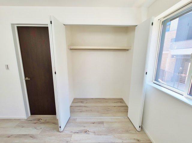 3階5.4帖洋室 各居室しっかりとした大きさのクローゼットを完備しております 奥行きもありたっぷりと収納可能です
