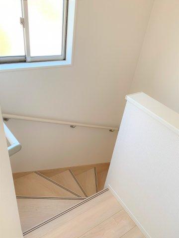階段には手すりも付いて安心ですね。