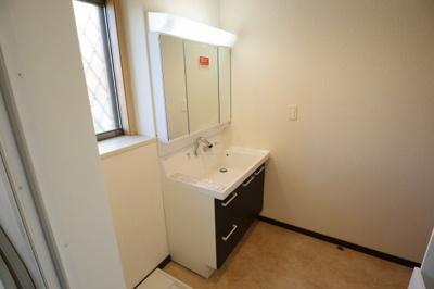 洗面台は3面鏡、収納も充実してます