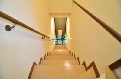 玄関からお部屋は階段です。
