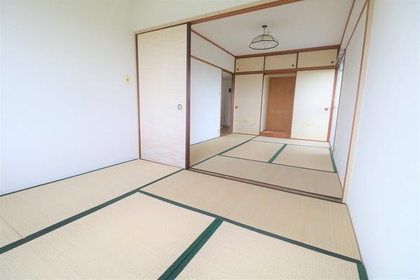 【和室+サンルーム】 広々な6畳の和室とサンルーム。たくさん収納できます♪