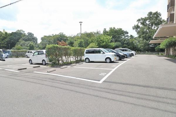 【駐車場】 共用部の広々駐車場♪空き状況については時期により異なります。