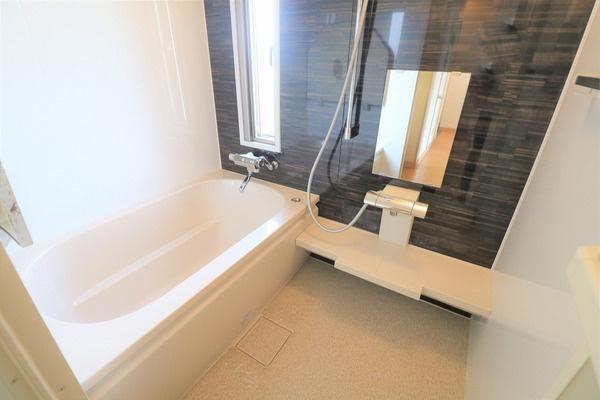 【浴室】 広めの浴槽でゆったり浸かれます♪