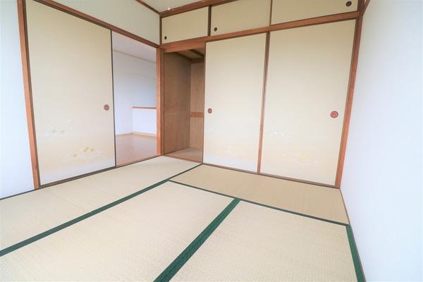 【和室】 4.5畳の和室。大きな収納スペースもございます♪