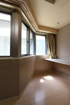 7.8畳の洋室には、涼やかな日差しの差し込むワークスペースが付いています。