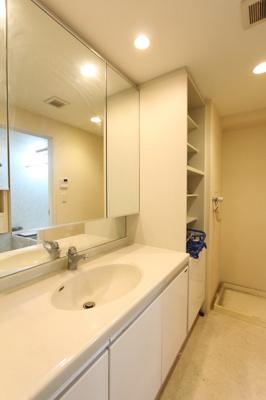 幅広の洗面台で、ご家族の利用にも便利です。
