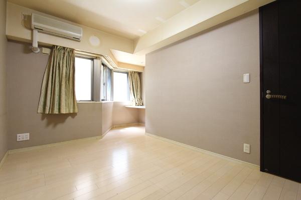 7.8畳の洋室です。開口部の面積上、表記は納戸となりますが、日差しが良く入ります。