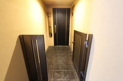 玄関前にはポーチがついており、ベビーカーやキャリーケースを置いておくこともできます。