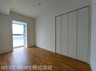 洋室5帖です♪大きな窓も有り、真ん中のお部屋ですがたいへん明るい室内です♪クローゼットも設けられており、室内を有効に使用していただけます(^^)