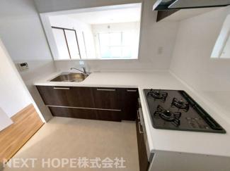 新品のシステムキッチンです♪作業のはかどるL字型キッチンです!収納力も豊富で使い勝手がいいです♪ぜひ現地でご確認ください(^^)
