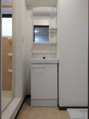 【洗面所】サンハイツ野沢 礼金0 内装全面リフォーム済 独立洗面台 駐輪場